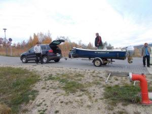Boot wird aus dem Wasser gezogen und abtransportiert