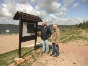 Herr Hirsch erläutert an der Karte die freigegebenen Uferabschnitte