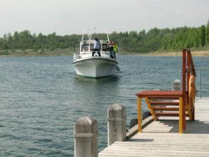 """MS """"Felix"""" steuert unseren Bootsanleger an und legt schließlich an"""