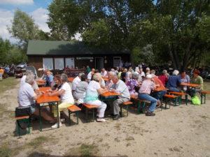 Festplatz und Freisitze bei schönem Wetter gut besucht.