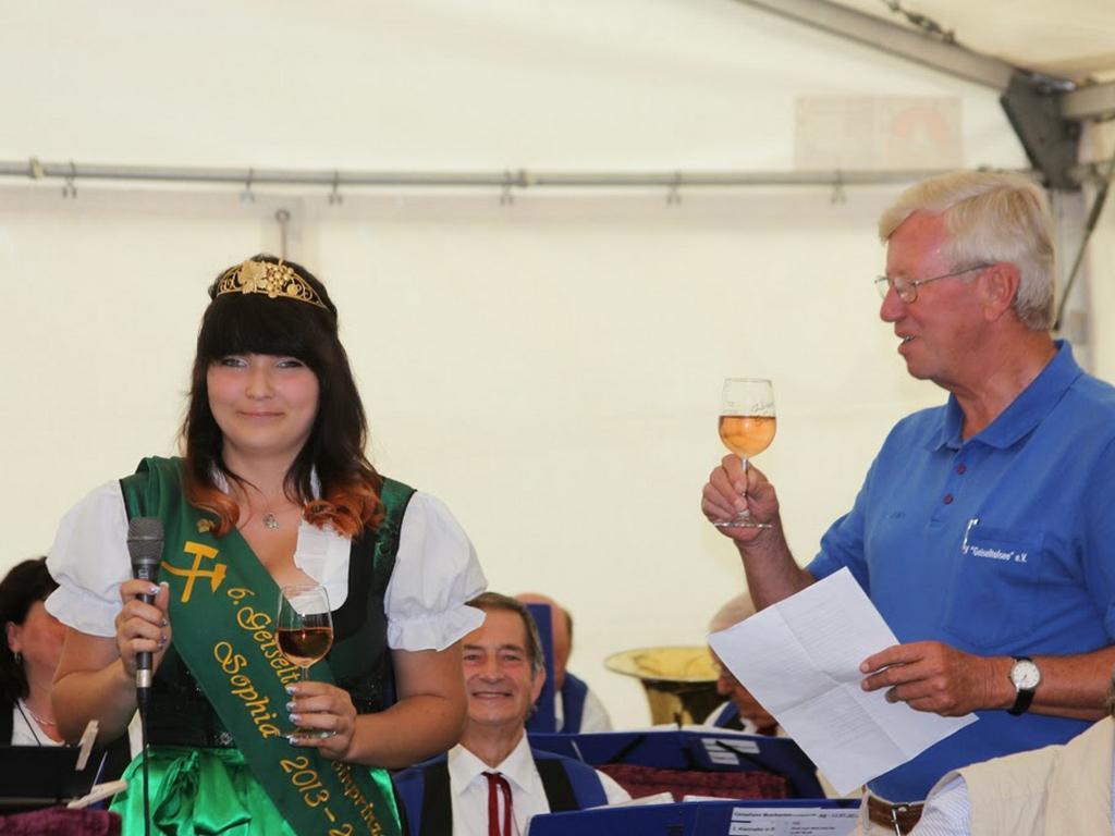 Weinprinzessin Sophia Klawonn und Vereinsvorsitzender Reinhard Hirsch