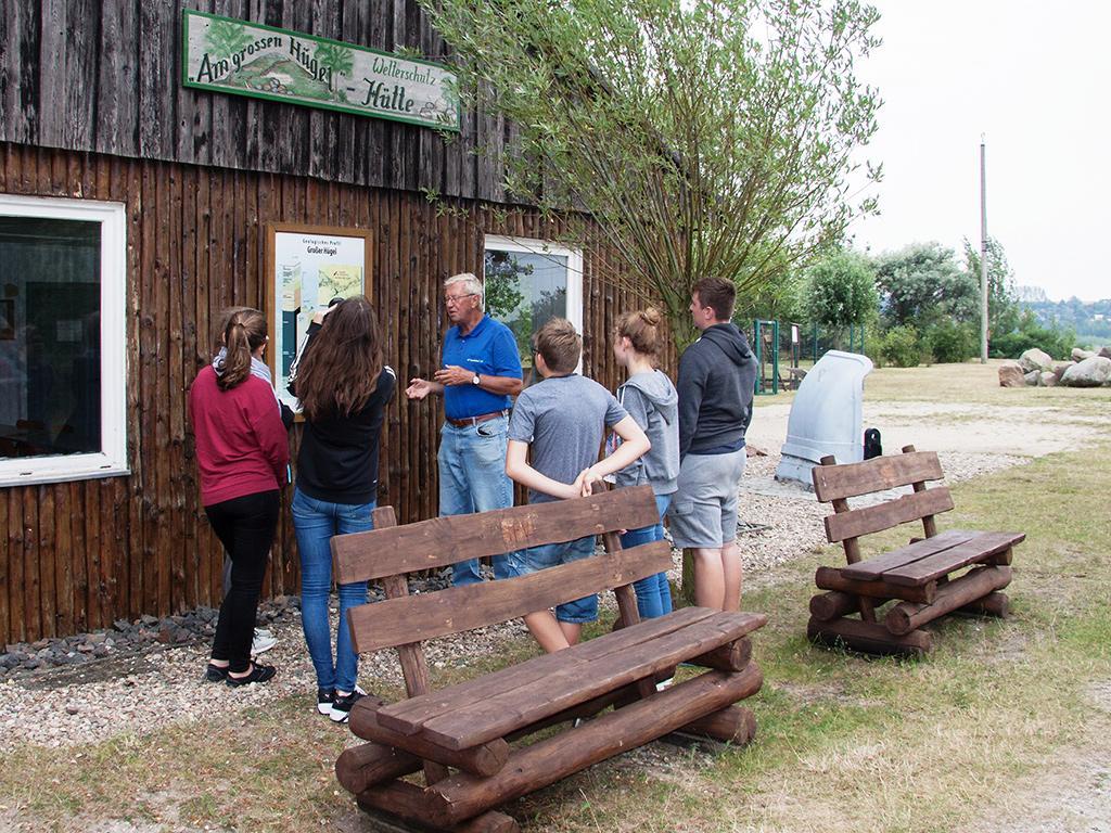 Schülergruppe an der Hütte