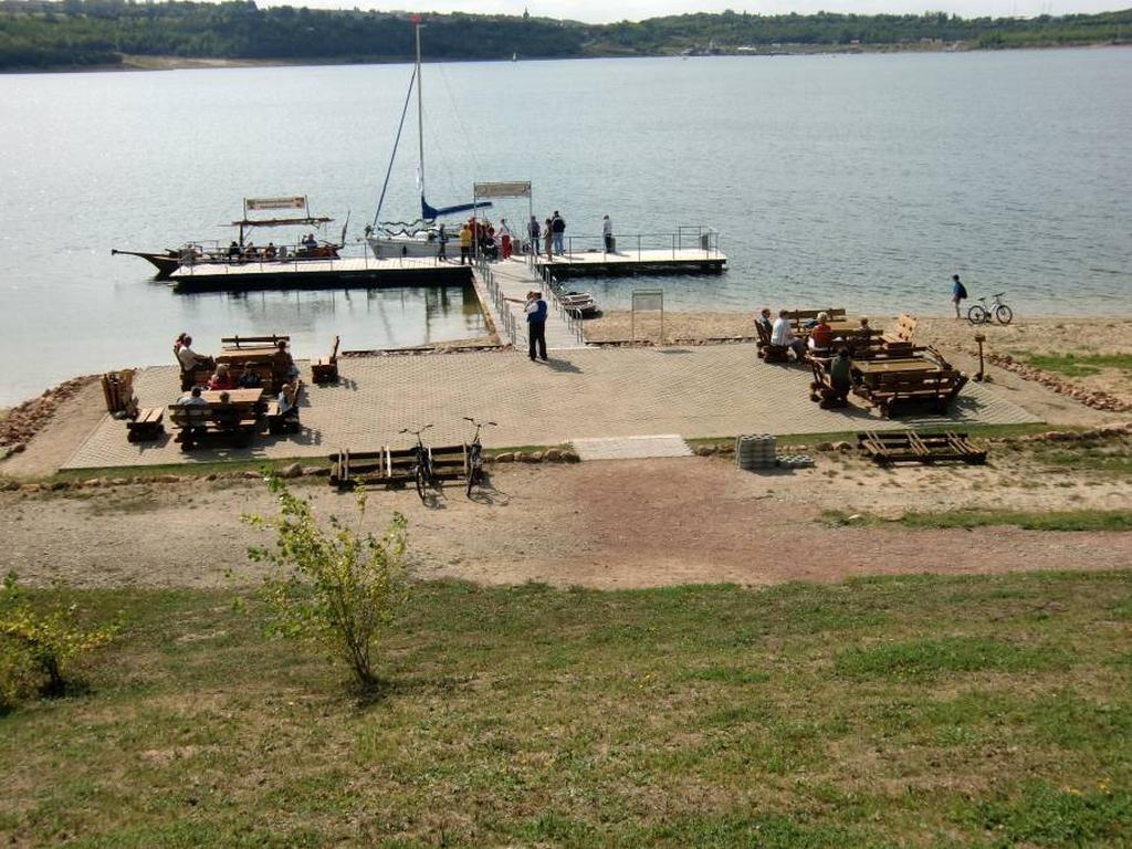 Erste Segler am Bootsanleger