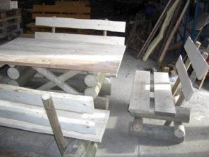 Bänke und Tisch im Rohbau