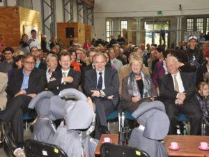 In der ersten Reihe von links nach rechts: Prof. D. Mania, Prof. H. Meller, Landrat F. Bannert, Wirtschaftsminister R. Haseloff, I. Häußler und Prof. P. Luckner