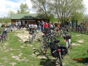 Radwanderer an der Hütte