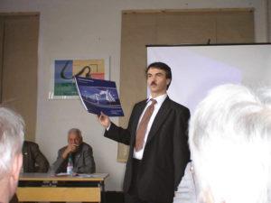 Dr. Eichner übergibt dem Verein den 1. Seenkatalog der Mitteldeutschen Seenlandschaft